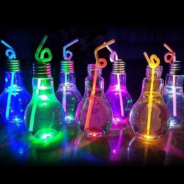 Copos em formato de lâmpada encanta os convidados da festa neon