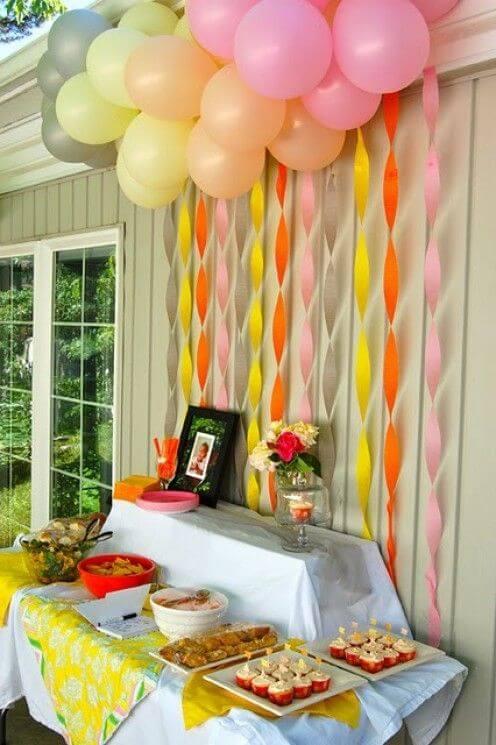 Decoração com papel crepom atrás da mesa de bolo Foto de Pinterest