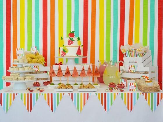 Decoração com papel crepom colorida atrás da mesa Foto de Karas Party Ideas