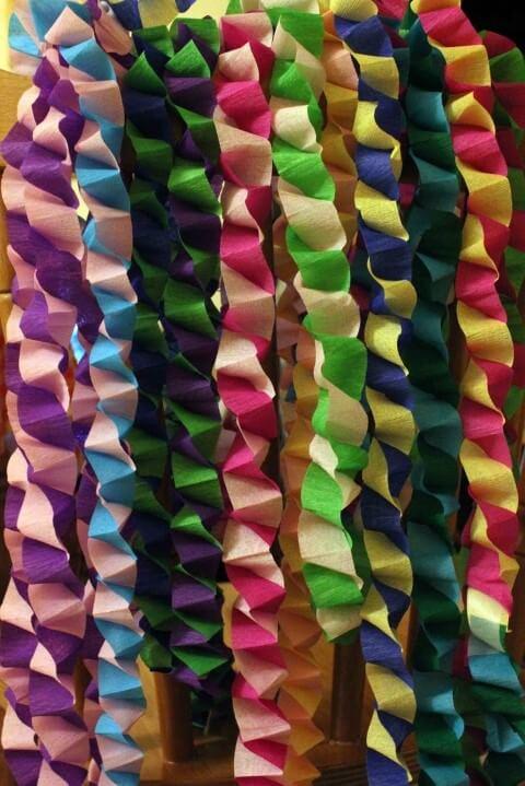 Decoração com papel crepom colorido torcido Foto de Pinterest