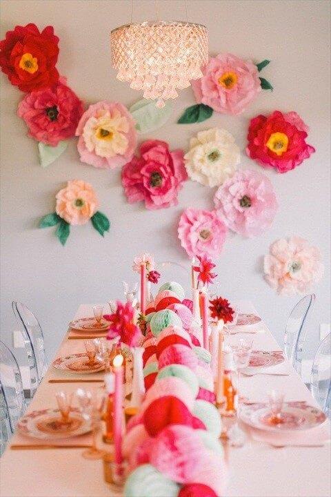Decoração com papel crepom com flores na parede Foto de Love This Pic