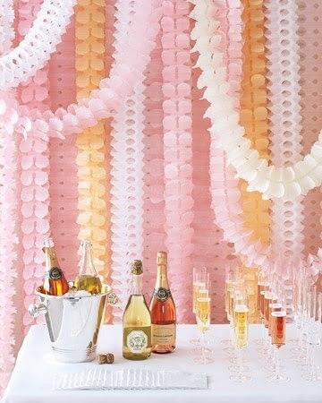 Decoração com papel crepom com painel em tons pastel Foto de Simply Pretty Wedding