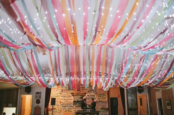Decoração com papel crepom no teto com varal de luzes Foto de Pinterest
