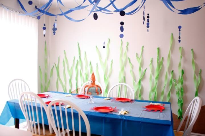 Decoração com papel crepom no teto e na parede com tema mar Foto de Delia Creates