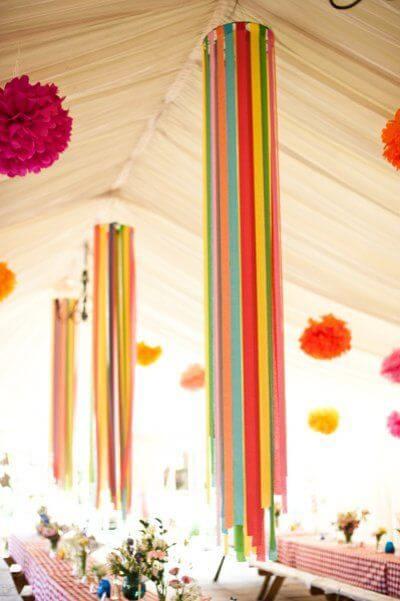 Decoração com papel crepom pendurado em luminária Foto de Pinterest