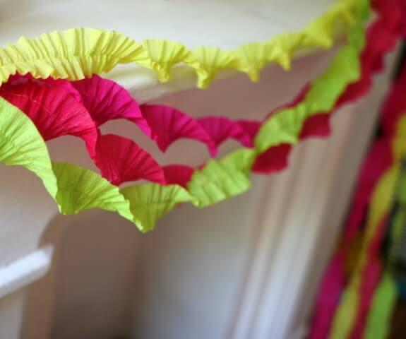 Decoração com papel crepom torcido colorido Foto de Domestic Space