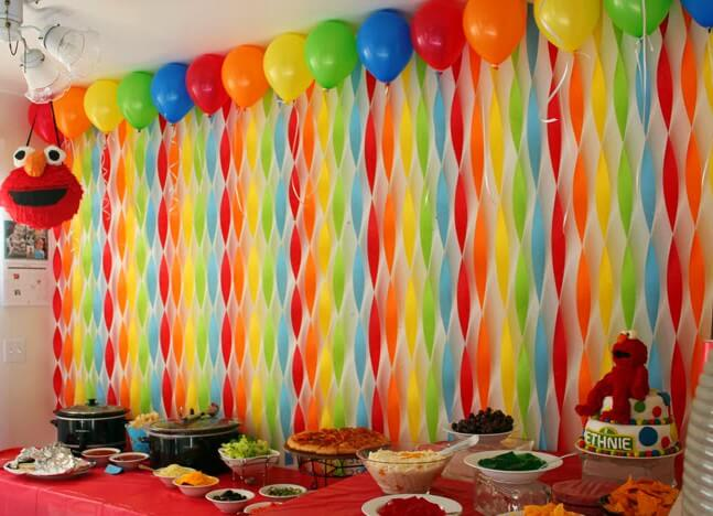 Decoração com papel crepom torcido e balões Foto de Stories eVibe