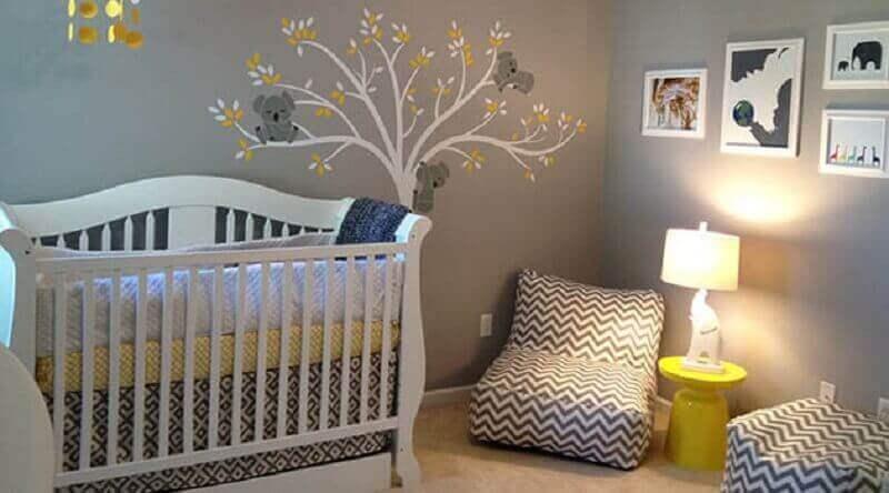 Decoração de quarto de bê com abajur amarelo