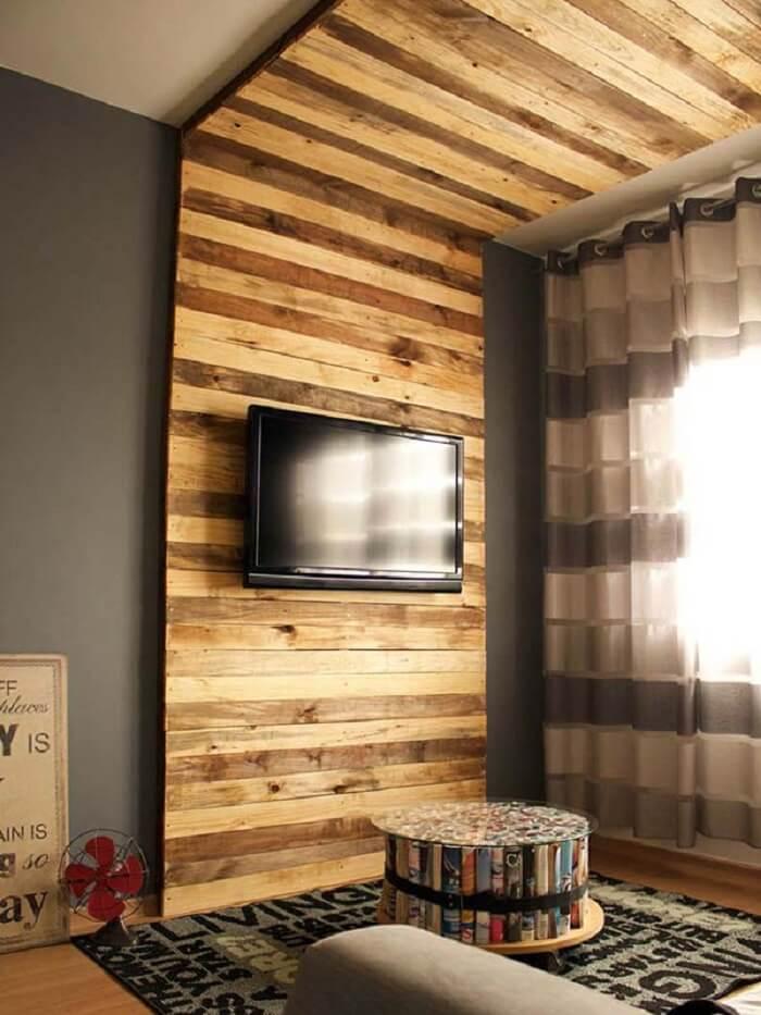 Decoração moderna para sala com painel de pallet TV que se estende até o teto