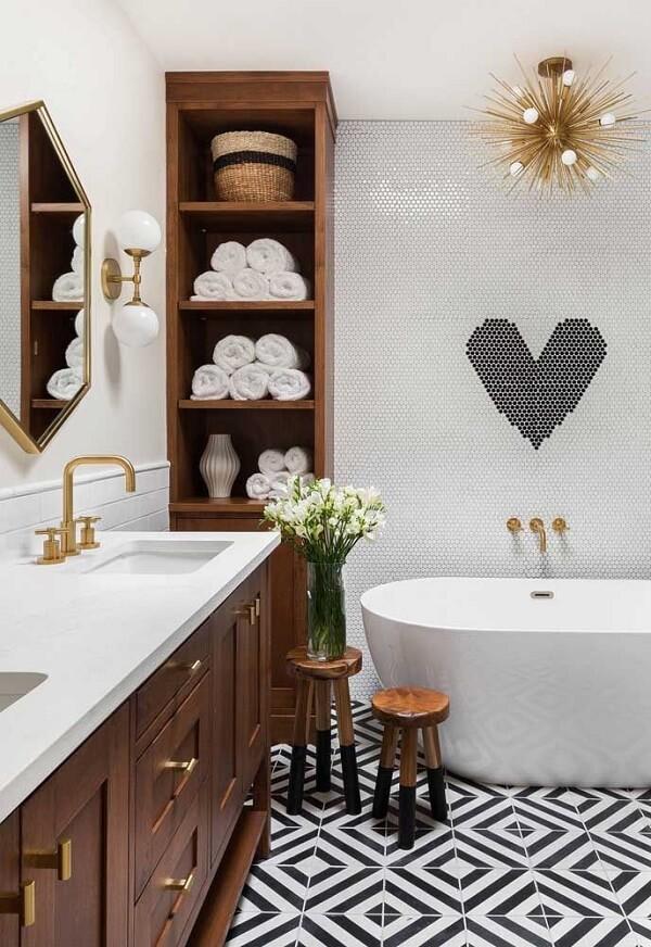 Diversos itens podem ser organizados dentro do nicho para banheiro