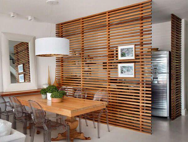 Divisória de madeira decora a cozinha