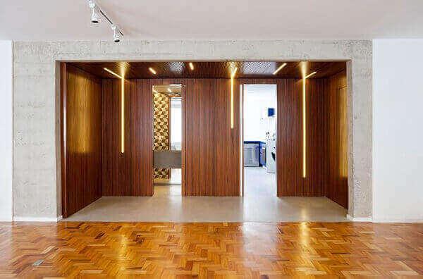 Divisória de madeira em hall de entrada