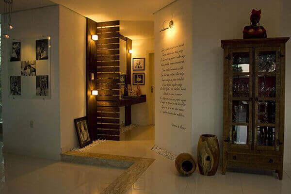 Divisória de madeira em lavatório