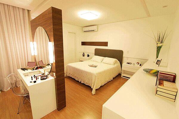 Divisória de madeira em quarto de casal grande