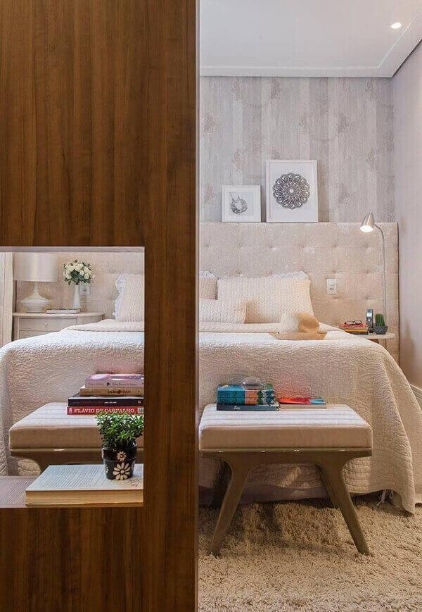 Divisória de madeira em quarto de casal sofisticado