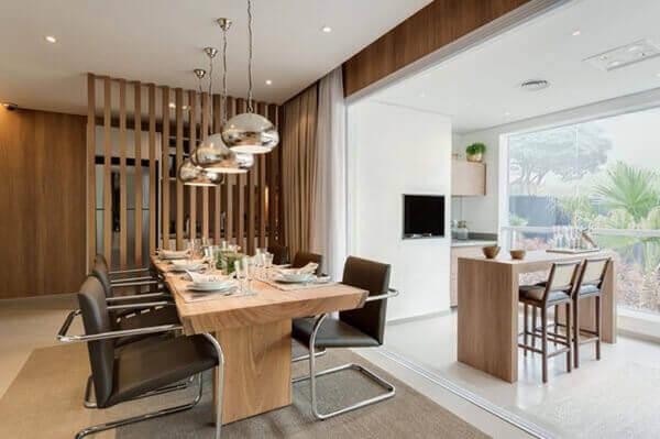Divisória de madeira em sala espaçosa