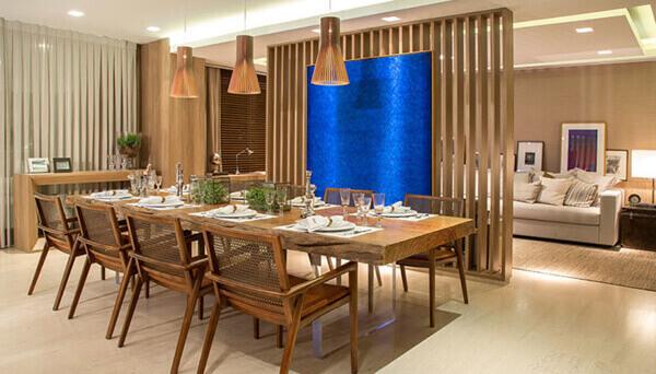 Divisória de madeira em sala grande de jantar