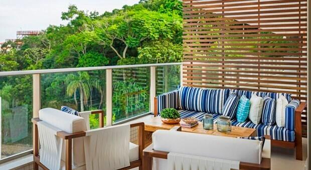 Divisória de madeira em varanda com planta