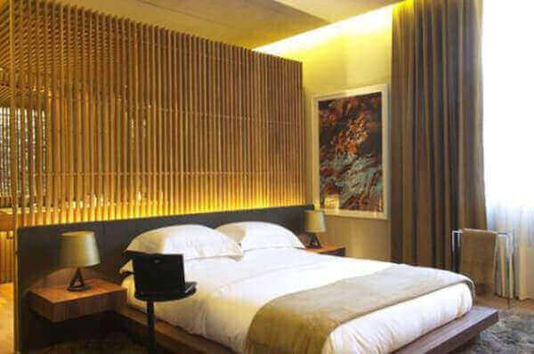 Divisória de madeira no quarto de casal
