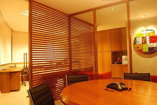 Divisória de madeira ripada em escritório