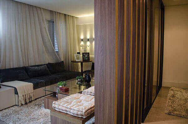 Divisória de madeira separa quarto e sala