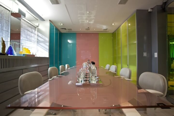 Escritório com mesa de vidro em tons de rosa Projeto de Brunete Fraccaroli