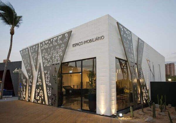 Fachada de loja branca moderna com elementos vazados