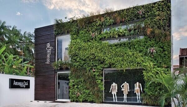 Fachada de loja com jardim vertical