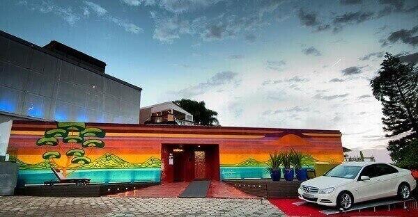 Fachada de loja comercial colorida
