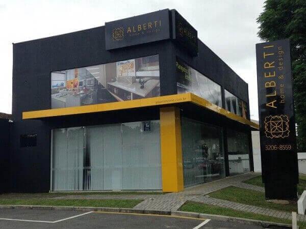 Fachada de loja comercial em preto e amarelo