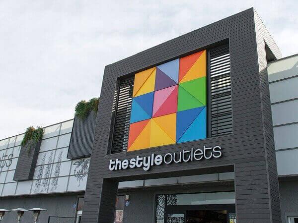 Fachada de loja comercial grande