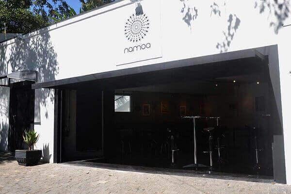 Fachada de loja cor branca