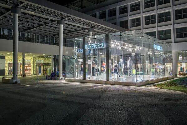 Fachada de loja em parede de vidro