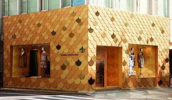 Fachada de loja em tons dourados