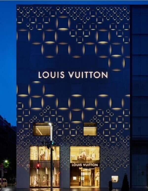 Fachada de loja moderna com iluminação