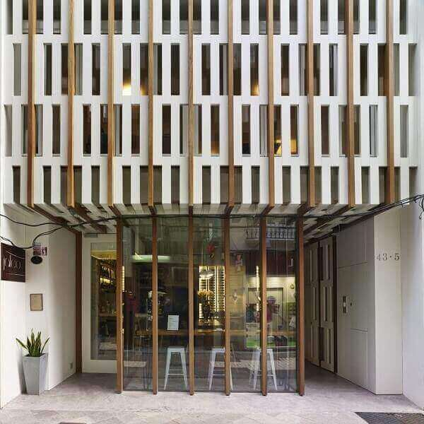 Fachada de loja na cor branca com detalhes em madeira
