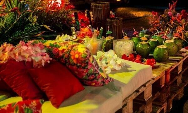 Festa havaiana com decoração, almofadas e agua de coco