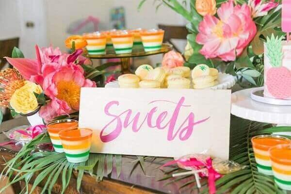 Festa havaiana com flores na decoração