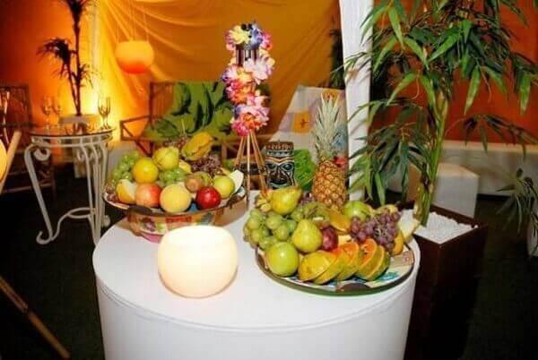 Festa havaiana com mesa de frutas