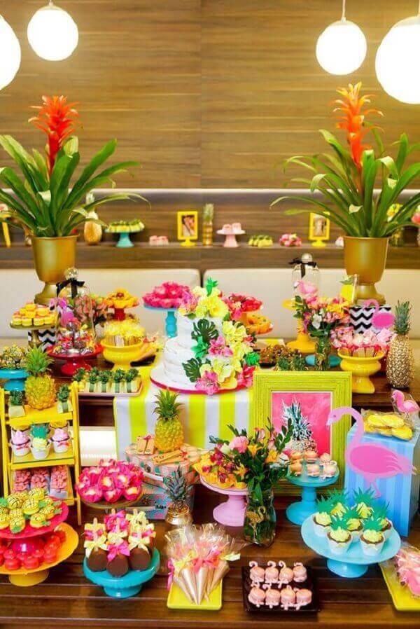 Festa havaiana com mesa sofisticada