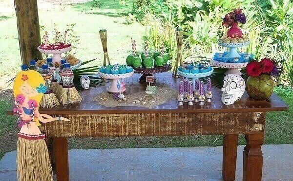 Festa havaiana e mesa com decorativos