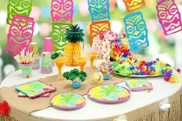 Festa havaiana em ambiente decorado