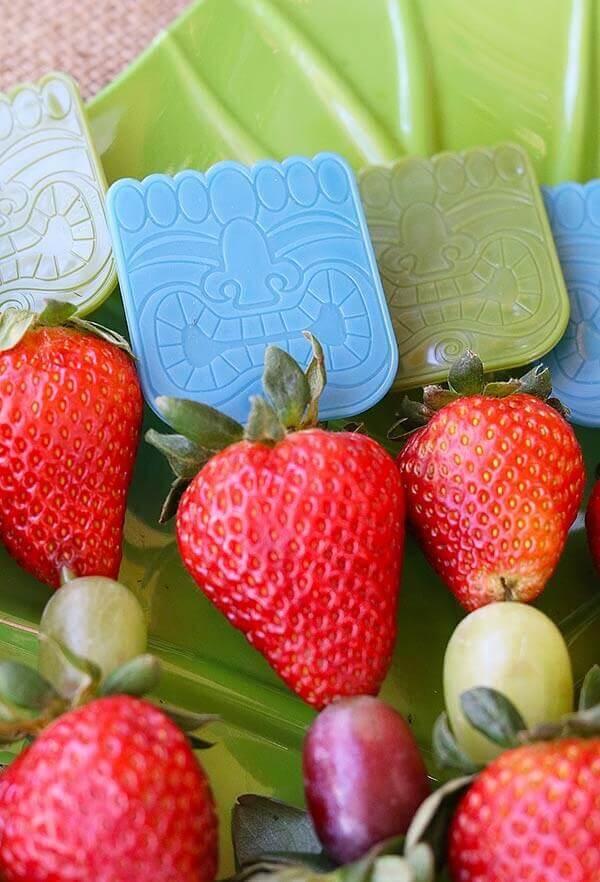 Festa havaiana frutas no palitinho
