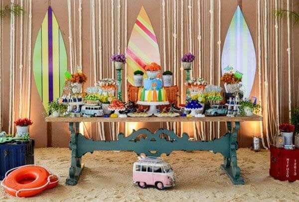 Festa havaiana mesa com pranchas