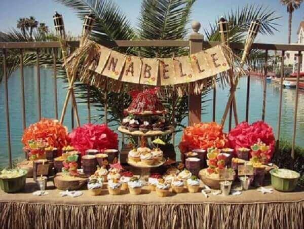 Festa havaiana mesa enfeitada para aniversário