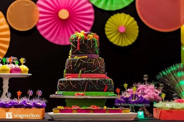 Festa neon bolo de aniversário
