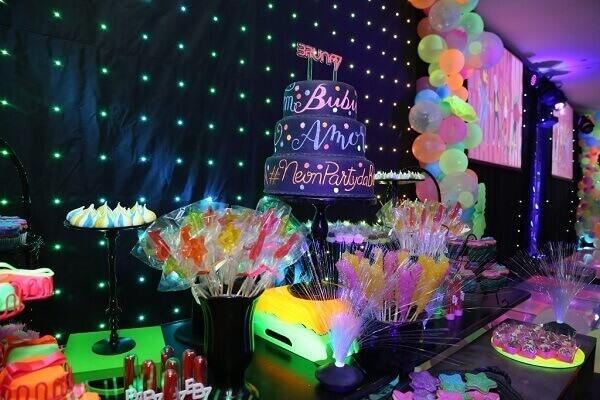 Festa neon bolo e doces