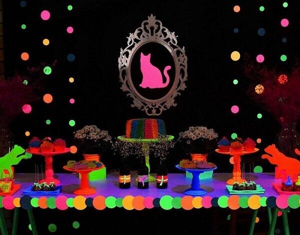 Festa neon decoração temática com gato