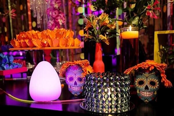 Festa neon e caveira mexicana