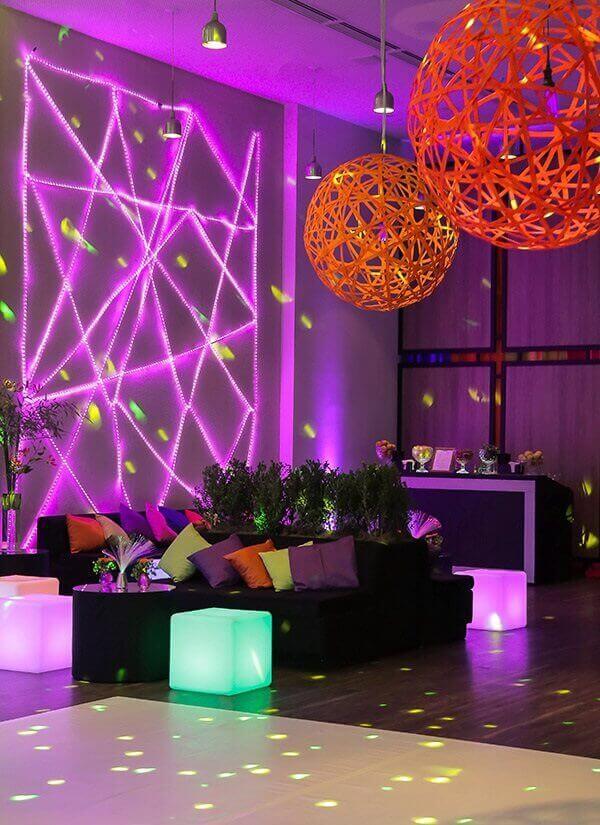 Festa neon em espaço com pendentes decoram o ambiente